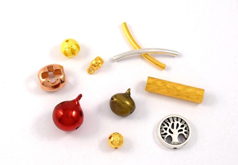 Μεταλλικές χάντρες ,κουδουνάκια και μεταλλικά στοιχεια για κορδονια