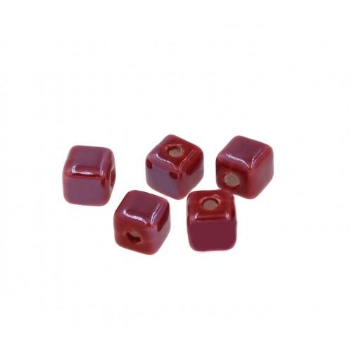 Κεραμική χάντρα κύβος μικρή 8,5-8,9mm (Ø2,3mm) σε κόκκινο σκούρο.-ανα τεμάχιο
